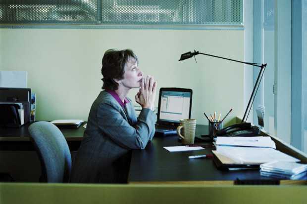 woman_praying_at_desk